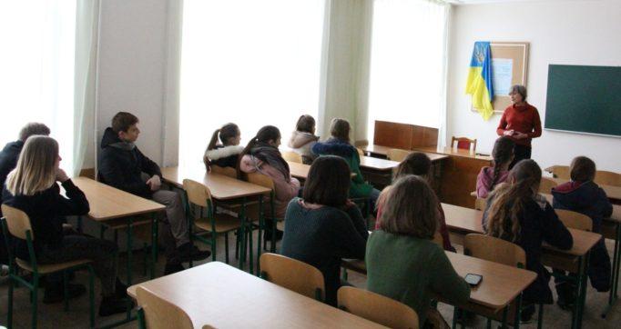 Доцент Валентина Дротенко розповідає учням про навчання на факультеті