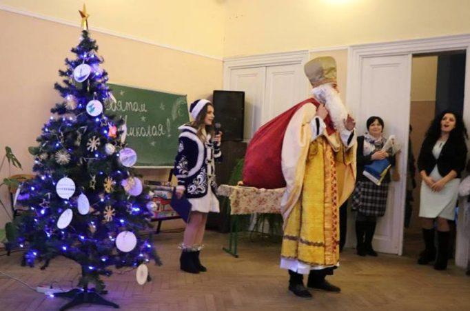 Гості заходу зустрічають св. Миколая