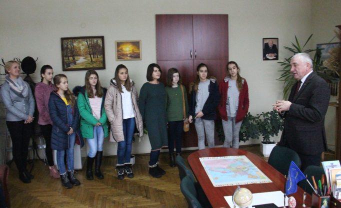 Учні в гостях декана факультету початкової та мистецької освіти доцента Івана Кутняка