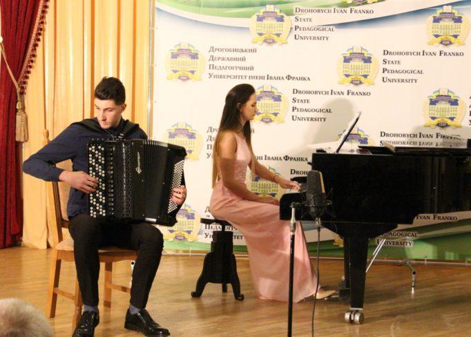 На сцені Ігор Дмитрук та Олександра Дмитрук