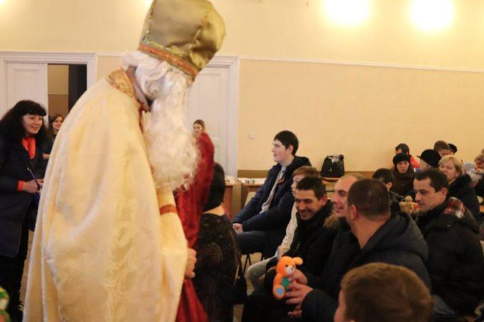 Св. Миколай дарує всім подарки