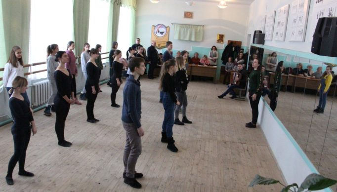 Майстер-клас для гостей проводить викладач-хореограф Магдалина Марушка
