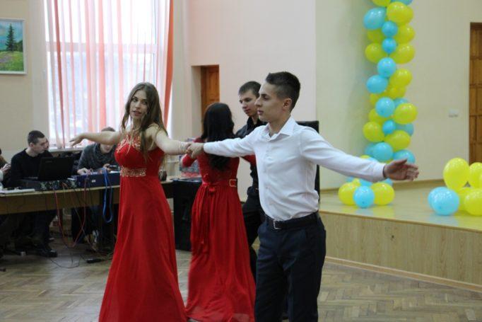 Танцювальні пари конкурсантів виконують вальс
