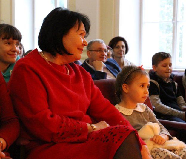 Ректор професор Надія Скотна та Варвара Скотна уважно слухають казку «Вінні Пух»