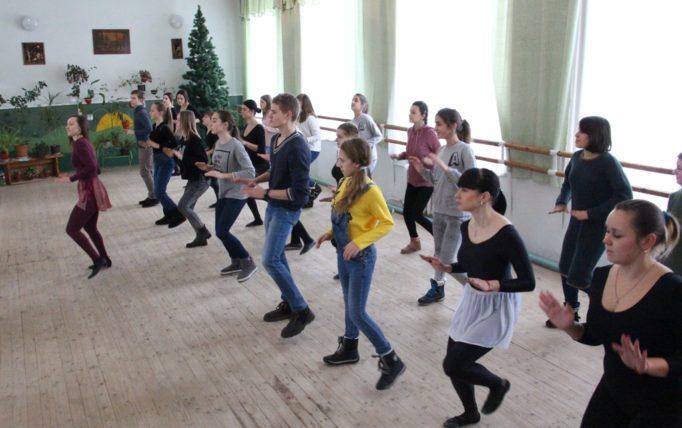 Викладач хореографії Ольга Мартинів навчає учнів сучасного танцю