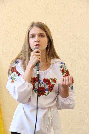 Декламує поезію студентка Тамара Дуда (ІП-31Б)