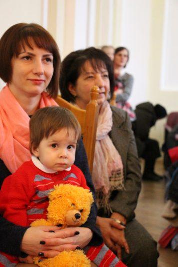 Доцент Ореста Карпенко та її донечка очікують на св. Миколая