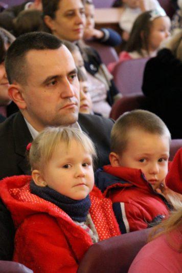 Професор Василь Ільницький разом з дітьми на святі Миколая