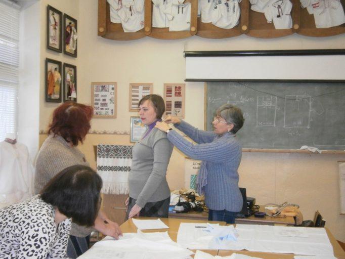 Доцент Леся Савка демонструє особливості крою дрогобицької сорочки