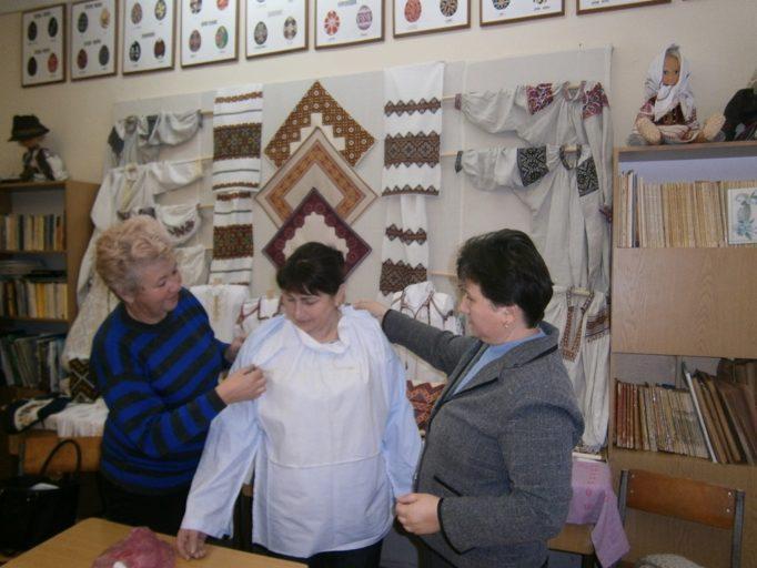 Доцент Надія Кузан демонструє спосіб обробки горловини уставкової сорочки