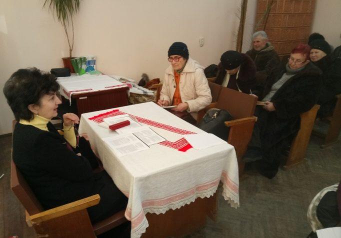Доцент Галина Ковальчук проводить анкетування з питань серцево-судинних захворювань