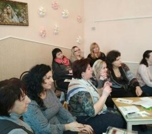 Учасники семінару слухають бінарну доповідь з мультимедійною презентацією ''Скринька творчих ідей' (доповідачі Гевко О.І. та Жидик Г.Я.)