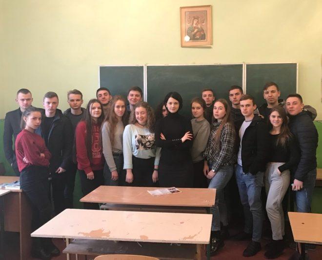 Старший викладач Наталія Кантор з учнями «НВК Школи 1 ступеня – гімназії імені митрополита Андрія Шептицького»