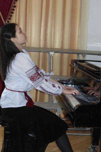 Музичний номер у виконанні Уляни Молчко