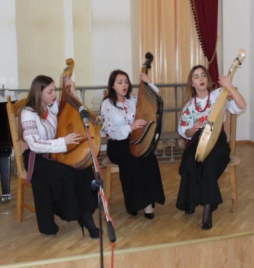 На сцені - Народний ансамбль бандуристок
