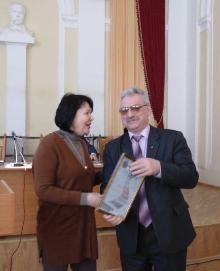 Ректор професор Надія Скотна вручає подяку доценту Людомиру Філоненку
