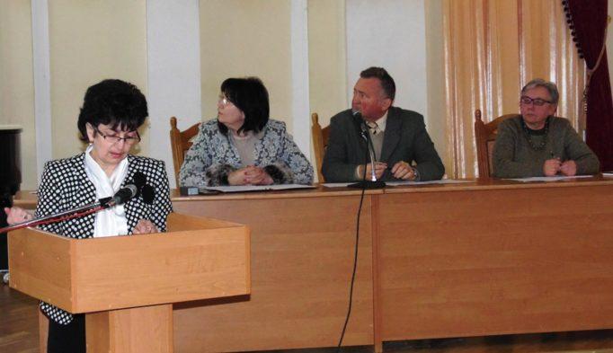 За трибуною голова комісії профкому з охорони праці і техніки безпеки доцент Галина Ковальчук