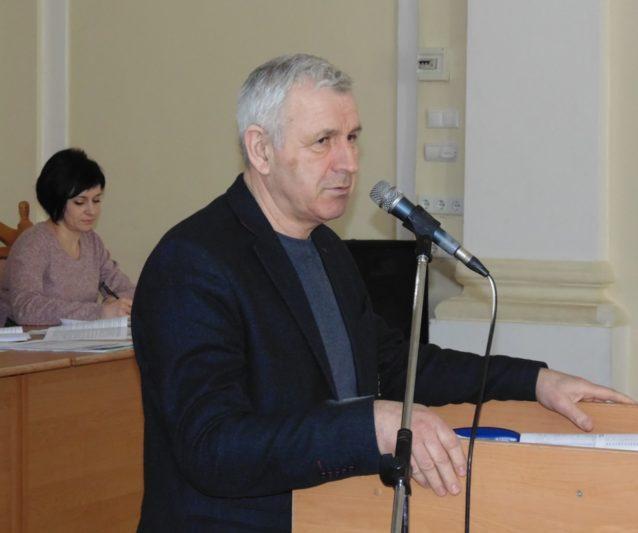 Обговорює питання вченої ради директор інституту іноземних мов професор Володимир Кемінь