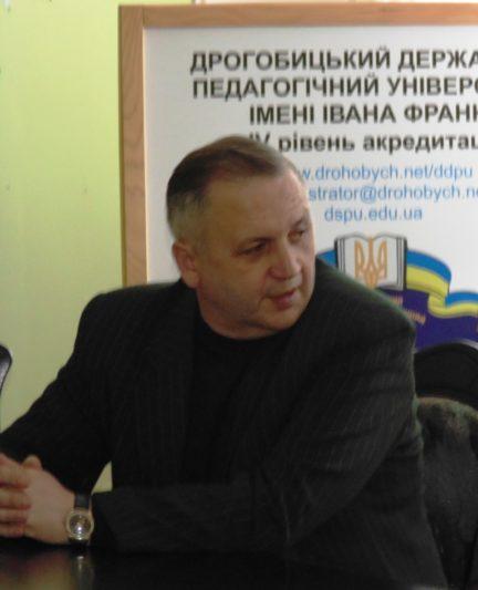 Заступник декана філологічного факультету з наукової роботи доцент Василь Зварич.