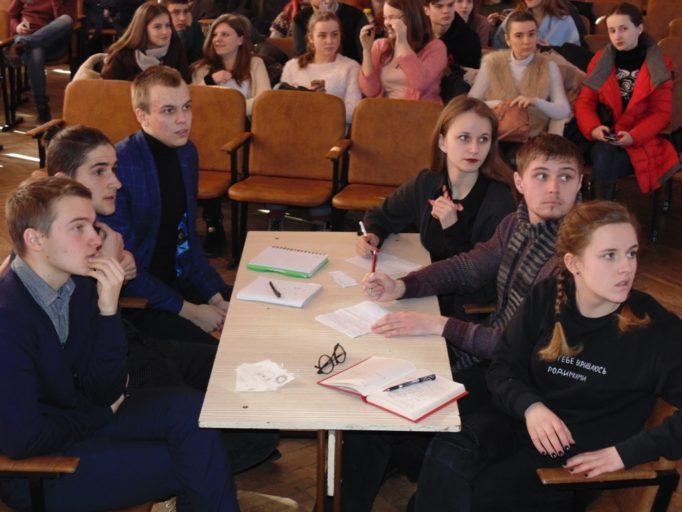 Команда інституту іноземних мов уважно слухає запитання