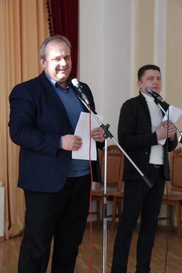 Заступники декана доценти Орест Гук та Андрій Зимянський нагороджують найкращих магістрів