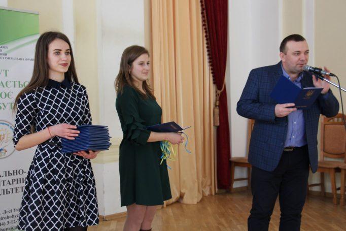 Декан соціально-гуманітарного факультету доцент Ігор Гриник вітає випускників