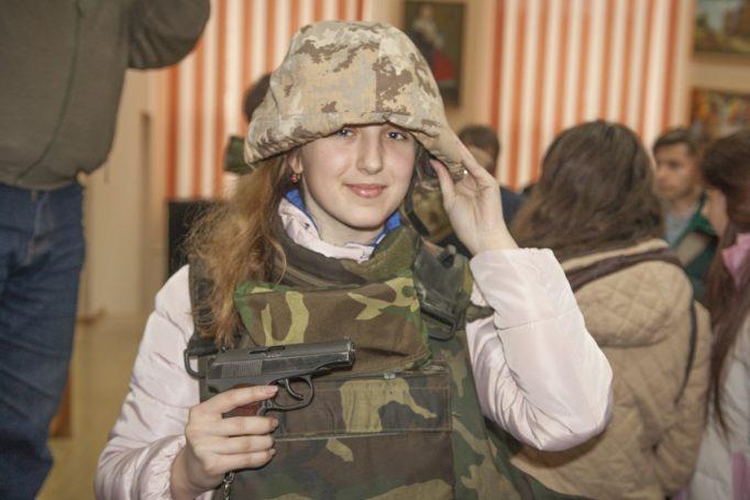 Дівчата приміряють військове спорядження