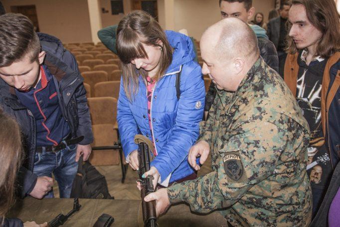 Дівчата також цікавляться зброєю