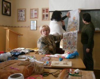 Галина Жубіль демонструє авторський рушник