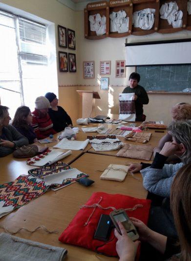 Керівник лабораторії Надія Кузан ознайомлює з орнаментикою та колористикою рушників