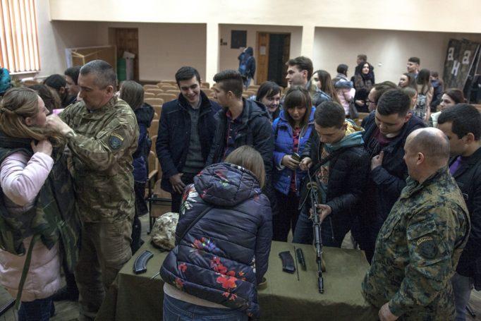 Представники ВПВ Патріот ознайомлюють студентів з військовим спорядженням