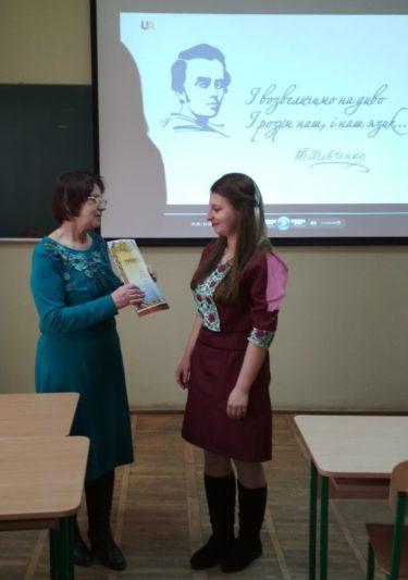 Професор Марія Федурко вітає переможницю Ганну Беренич