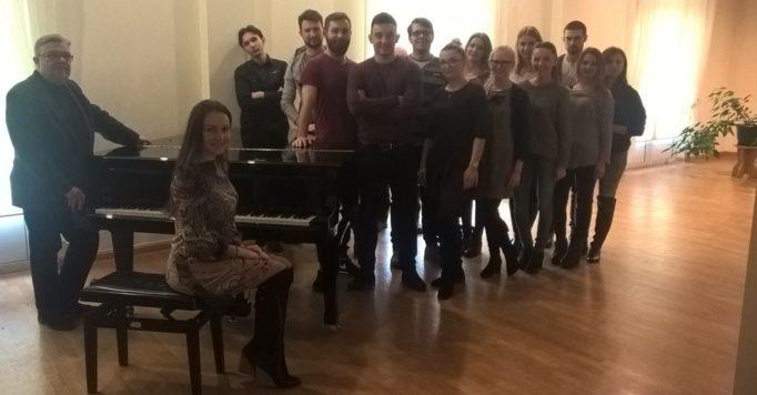 Професор Веслав Ґжеґорокі зі студентами І курсу магістерського освітнього ступеня