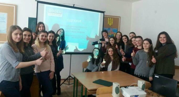 Учасники тренінгу із доцентом Наталією Муляр