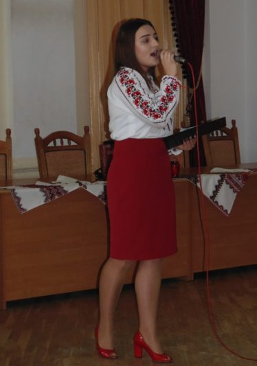 Ярина Кiт виконує пiсню на слова Тараса Шевченка