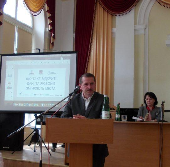 Слухачів лекції вітає міський голова Тарас Кучма
