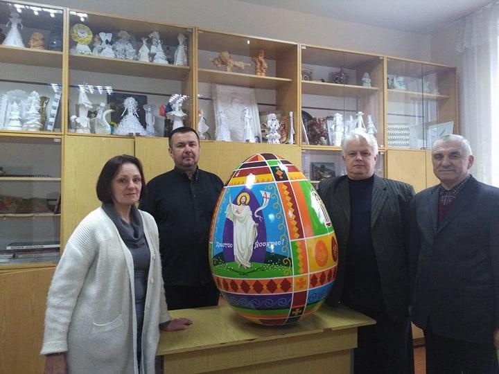 На фото зліва направо: Жанна Ясеницька, отець Василь Полянко, Михайло Сидор, Іван Кутняк