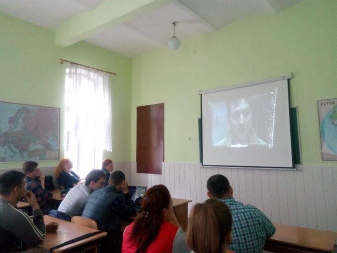 Студенти за переглядом фільму