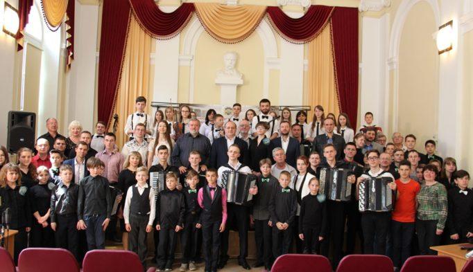Фото на пам'ять після концерту переможців