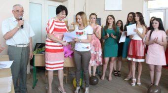 Ректор професор Надія Скотна вручає грамоту викладачеві Ользі Мартинів