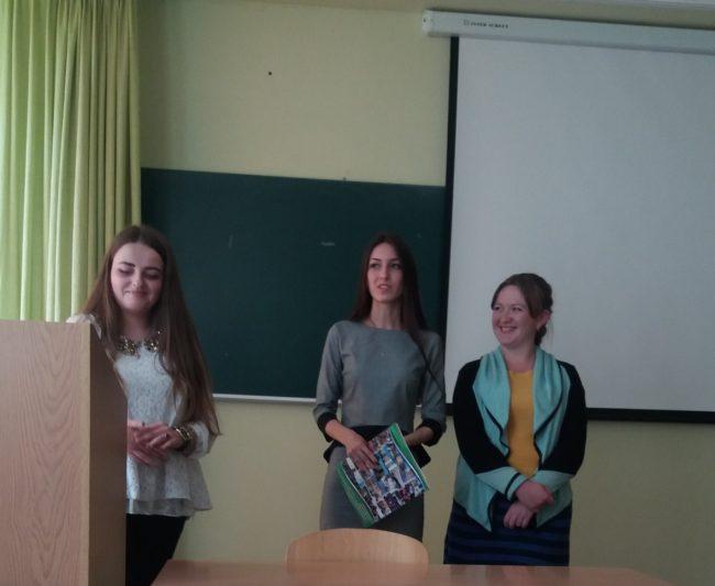 На фото (зліва направо): студенти Світлана Чопик, Тетяна Лапунька, Іванна Проць діляться враженнями про Стрийську школу