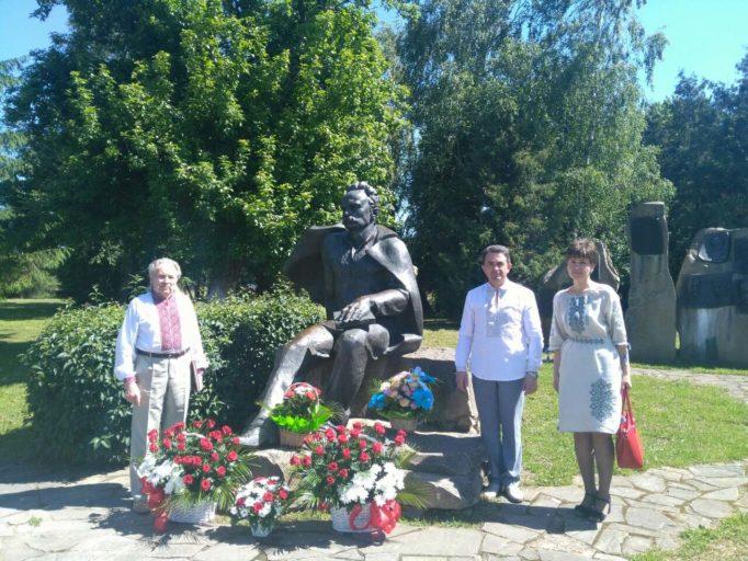 Біля пам'ятника Івана Франка (село Нагуєвичі)