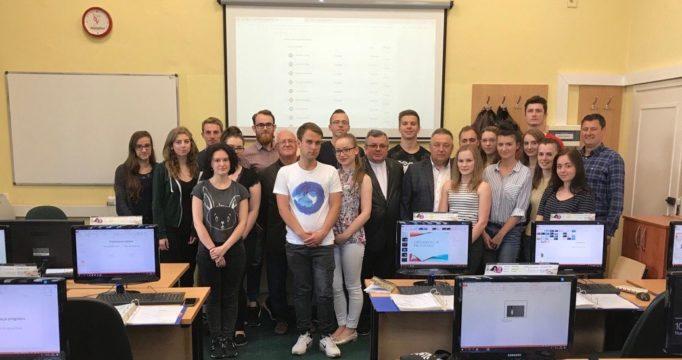 Ксьондз професор Адам Подольський і професор Микола Лук'янченко зі студентами