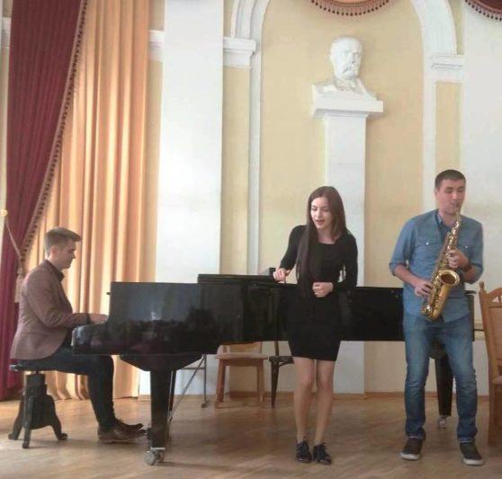 Роман Хрипун (фортепіано), Марта Мельнарович (вокал), Орест Несторівський (саксофон)
