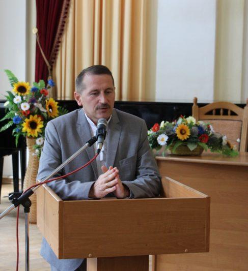 Зі словами вітань до гостей та учасників академії звертається міський голова Дрогобича Тарас Кучма