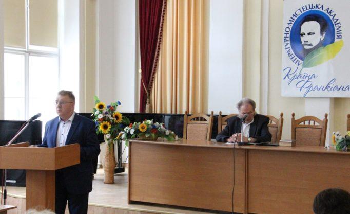 Із доповіддю виступає декан філологічного факультету професор Ярослав Яремко
