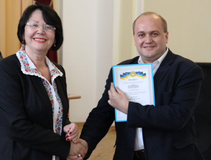 Доцент Андрій Душний отримує нагороду