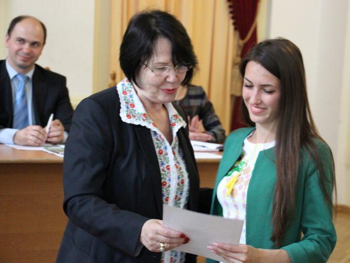 Диплом переможця отримує студентка факультету початкової та мистецької освіти Тетяна Лапунька