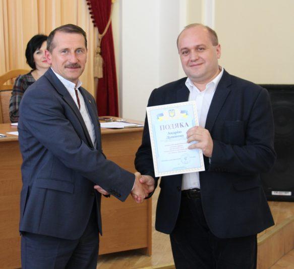 Міський голова Дрогобича Тарас Кучма вручає відзнаку доцентові Андрію Душному