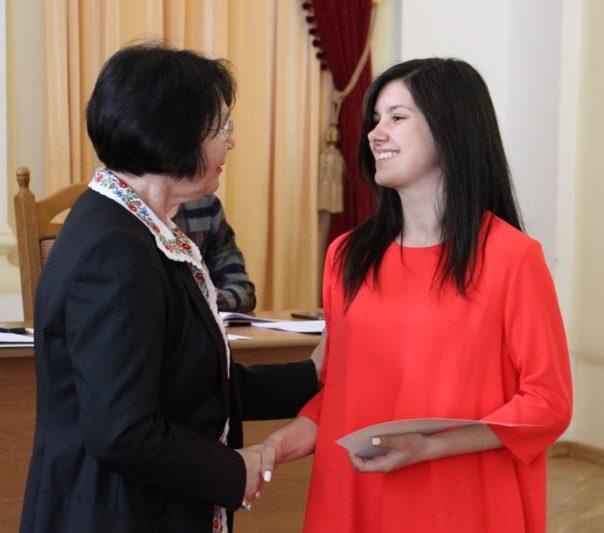 Нагороду отримує студентка соціально-гуманітарного факультету Лілія Хлонь